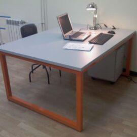Офисные столы на металлокаркасе: преимущества и недостатки