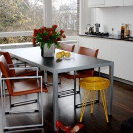 Стулья на металлокаркасе для кухни: их особенности и преимущества